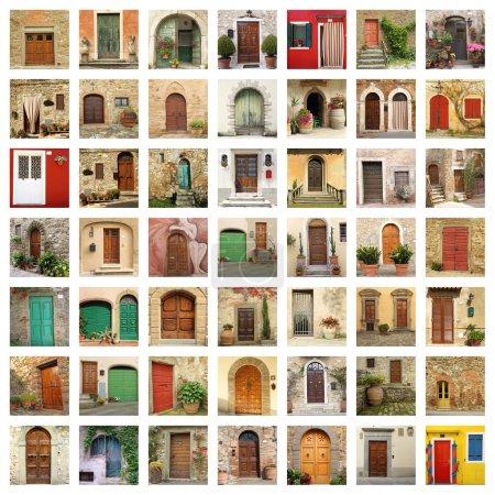 Photo pour Vieux papier peint de portes en images de l'Italie - image libre de droit