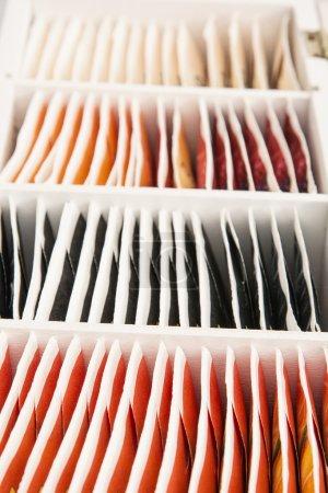 Photo pour Différents sachets de thé dans une rangée . - image libre de droit