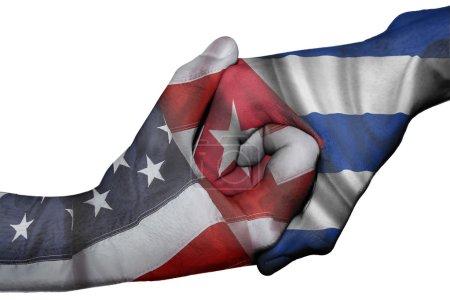 Photo pour Poignée de main diplomatique entre pays : drapeaux des États-Unis et Cuba surimprimé les deux mains - image libre de droit