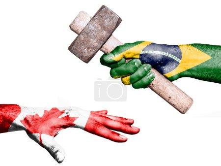Photo pour Drapeau du Brésil surimprimées sur une main tenant un marteau lourd, frapper un coup de main représentant le Canada. Image conceptuelle pour les agressions politiques, fiscales ou sociales, pénalités, fiscalité - image libre de droit