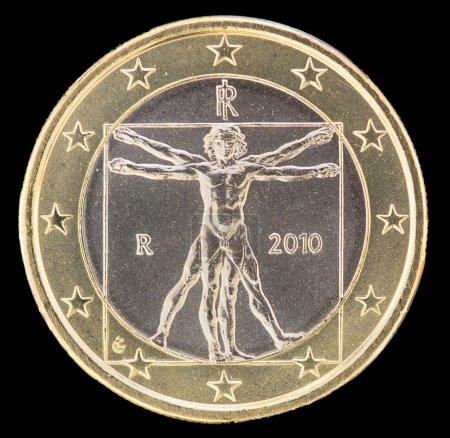 Photo pour Côté national d'une pièce d'un euro émise par l'Italie isolée sur un fond noir. Le visage inverse italien représente l'homme vitruve dessiné par Léonard de Vinci pour illustrer les proportions idéales du corps humain - image libre de droit