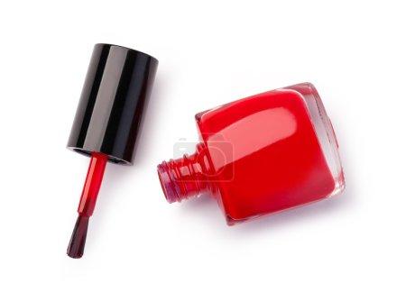rote Nagellackflasche auf weißem Hintergrund