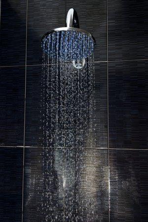Photo pour Gros plan de la pomme de douche chromé avec écoulement de l'eau - image libre de droit