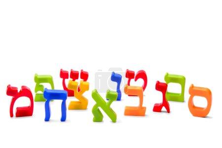 Photo pour Aimant réfrigérateur alphabet hébreu orthographe lettres sur fond blanc - image libre de droit