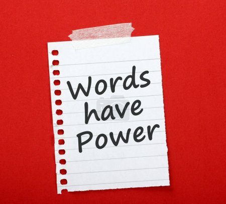 Photo pour L'expression Words Have Power est imprimée sur un bout de papier doublé et collée sur un tableau rouge. . - image libre de droit