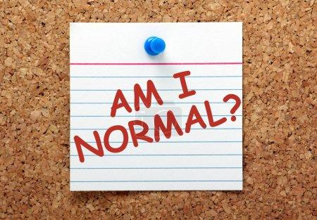 Foto de La pregunta soy Normal en tinta roja en una tarjeta de nota forrado clavado en un tablón de corcho - Imagen libre de derechos