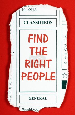 Foto de La frase Encontrar a las personas adecuadas en la sección de publicidad clasificada de un recorte de periódico - Imagen libre de derechos