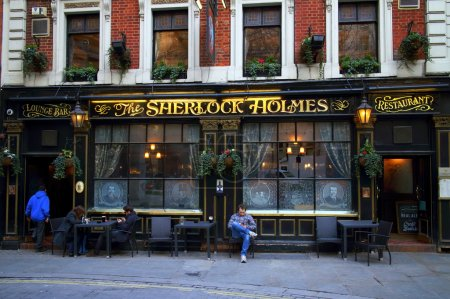 Photo pour Londres, Angleterre - 17 février 2015 : Des gens devant le Sherlock Holmes Pub à Londres, Angleterre. Il a été ainsi nommé en 1957 quand il est devenu la maison à Sherlock Holmes expositions du Festival de Grande-Bretagne - image libre de droit