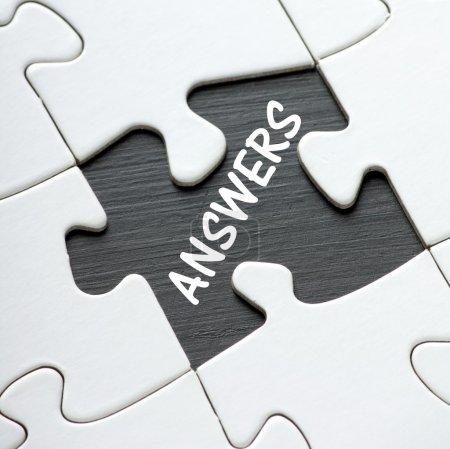 Photo pour Le mot Réponses sur un tableau noir révélé par une pièce de puzzle manquante - image libre de droit