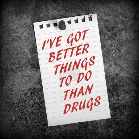 Photo pour La phrase J'ai mieux à faire que de la drogue en rouge sur une feuille de papier épinglée sur un fond grunge et convertie en noir et blanc - image libre de droit