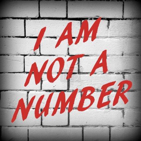 Photo pour L'expression, je ne suis pas un nombre en texte rouge sur un fond de mur de brique. Traitées en noir et blanc avec une vignette ajoutée pour effet - image libre de droit