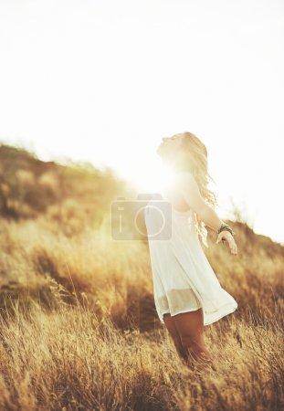 Photo pour Mode de vie. Portrait de mode de belle jeune femme en plein air. Doux ton vintage chaud. Style bohème artistique. - image libre de droit
