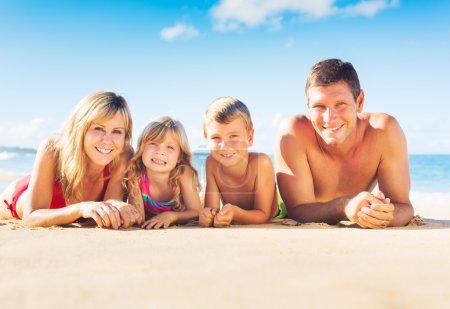 Photo pour Happy Family of Four sur la plage tropicale, style de vie estival - image libre de droit