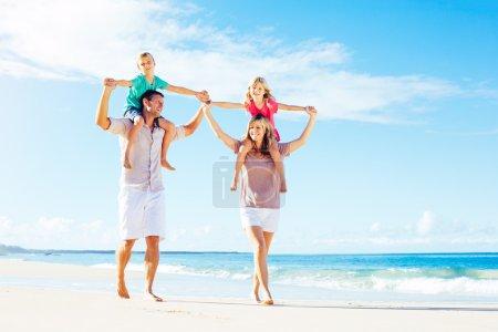 Foto de Padre e hijo jugando en la playa junto al océano - Imagen libre de derechos
