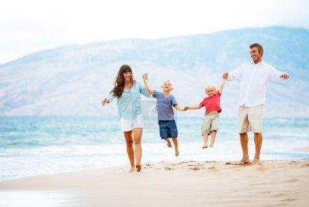 Szczęśliwa rodzina na zachodzie słońca