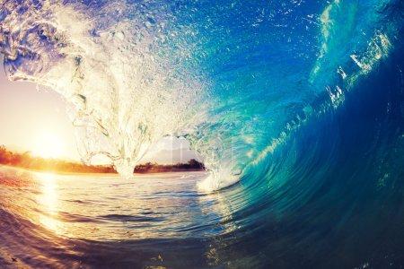 Photo pour Vague océanique au lever du soleil - image libre de droit