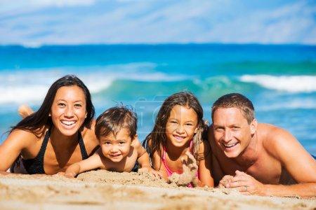 Photo pour Jeune Happy Family Having Fun à l'extérieur de la plage - image libre de droit