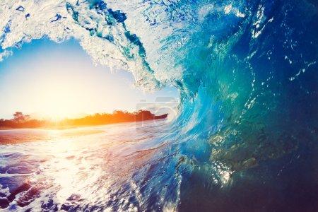 Photo pour Blue Ocean Wave s'écraser au lever du soleil - image libre de droit