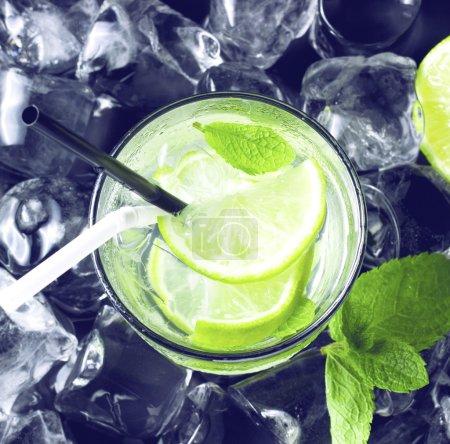Photo pour Cocktail froid Mojito au citron vert frais, menthe et glace. vue d'en haut - image libre de droit