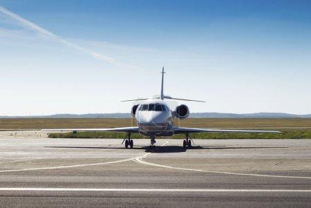 Photo pour Avion privé stationné sur la piste. blanc civique, jet moderne - image libre de droit