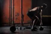 Krásné sportovní dělá kettlebell houpačky