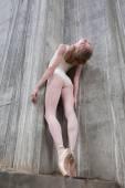 Štíhlé tanečnice na pozadí betonu
