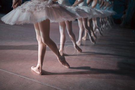 Photo pour Danseurs en tutu blanc synchronisés dansant sur scène. Répétition - image libre de droit