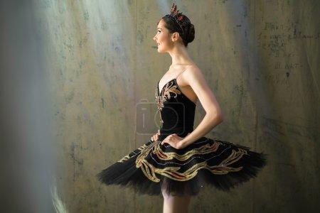 Photo pour Prima ballerina permanent dans les coulisses avant d'aller sur scène pour un programme solo sur la scène dans une représentation du lac des cygnes, afficher le profil. Répétition - image libre de droit