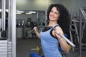žena cvičení v tělocvičně