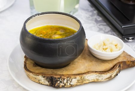 Photo pour Soupe aux haricots et champignons garnie de fromage de chèvre - image libre de droit