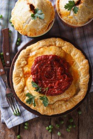 Photo pour Délicieuses tartes à la viande sur une table en bois. vue de dessus verticale gros plan, styl rustique - image libre de droit