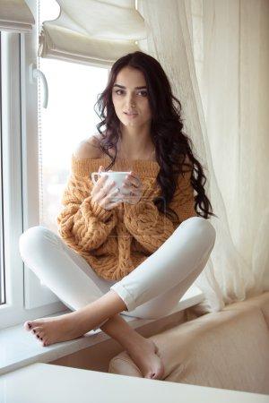 Photo pour Belle jeune femme buvant du café à la maison - image libre de droit