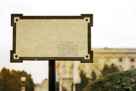 Photo pour Ancienne vierge signe un arrière-plan flou de la ville. Photo dans l'ancien style d'image couleur. - image libre de droit