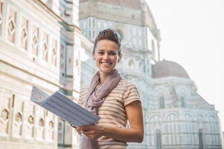 Photo pour Une promenade autour du magnifique Duomo de Florence, en Italie. Portrait de femme heureuse touriste avec une carte écoutant l'audioguide - image libre de droit