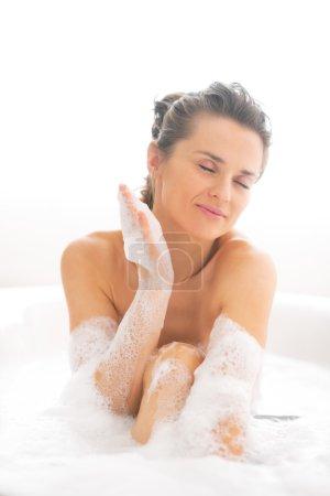 Photo pour Jeune femme lavant dans la baignoire - image libre de droit