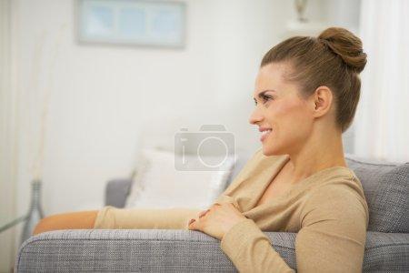 Photo pour Joyeux jeune femme dans le salon - image libre de droit