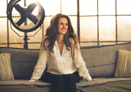Foto de Retrato de mujer joven elegante sonriente en apartamento loft - Imagen libre de derechos