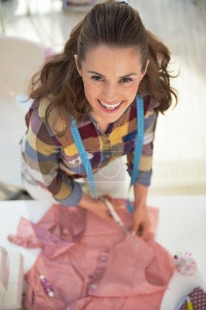 Photo pour Portrait de femme tailleur heureuse travaillant en studio - image libre de droit