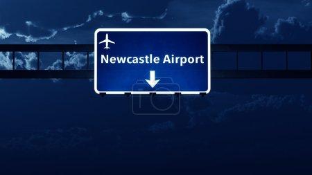 Photo pour Newcastle Angleterre Uk Airport Highway route signe nuit Illustration 3d - image libre de droit