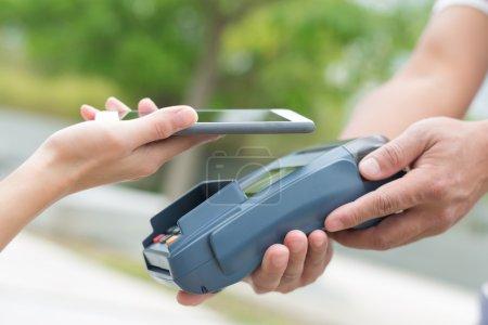 Photo pour Salaire de client par téléphone portable, idéal pour votre conception - image libre de droit