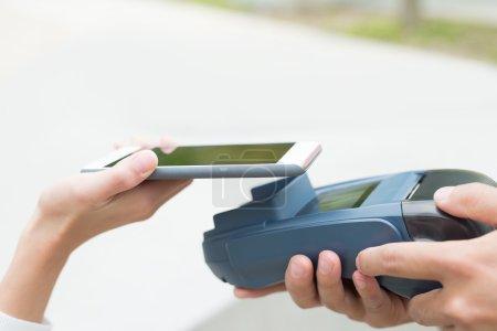 Photo pour Client de payer par téléphone portable avec écran vide - image libre de droit