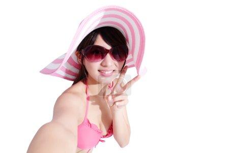 Photo pour Femme prenant selfie et montrant la victoire signe isolé fond blanc, asiatique - image libre de droit