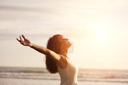 Photo pour Liberté de sourire et bonheur femme sur la plage. elle est profiter de la nature océan serein pendant les vacances de vacances voyage à l'extérieur. Beauté asiatique - image libre de droit