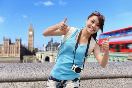 Photo pour Femme heureux voyage affichent pouce à Londres avec la tour de Big Ben, London, Uk - image libre de droit