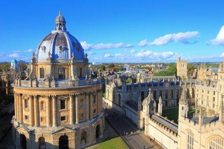 Photo pour La ville de l'université d'Oxford, photographiée au sommet de la tour de l'église St Marys. All Souls College, Royaume-Uni, Angleterre - image libre de droit