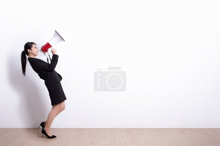 Photo pour Femme d'affaires parler au mégaphone avec fond de mur blanc, idéal pour votre conception ou texte, asiatique - image libre de droit