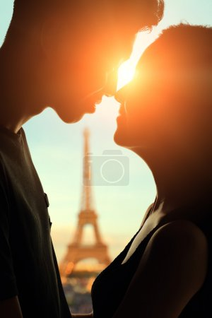 Photo pour Silhouette d'amoureux romantique avec la tour eiffel à Paris avec le coucher du soleil - image libre de droit