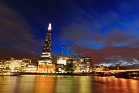 Photo pour Paysage urbain toits de Londres entreprise bâtiment à nuit, United Kingdom, Royaume-Uni - image libre de droit