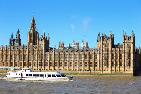 Photo pour Houses of Parliament with thames river in London, United Kingdom, uk - image libre de droit