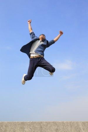 heureux homme sautant
